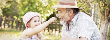 Alter Mann mit Hörgerät und Kind
